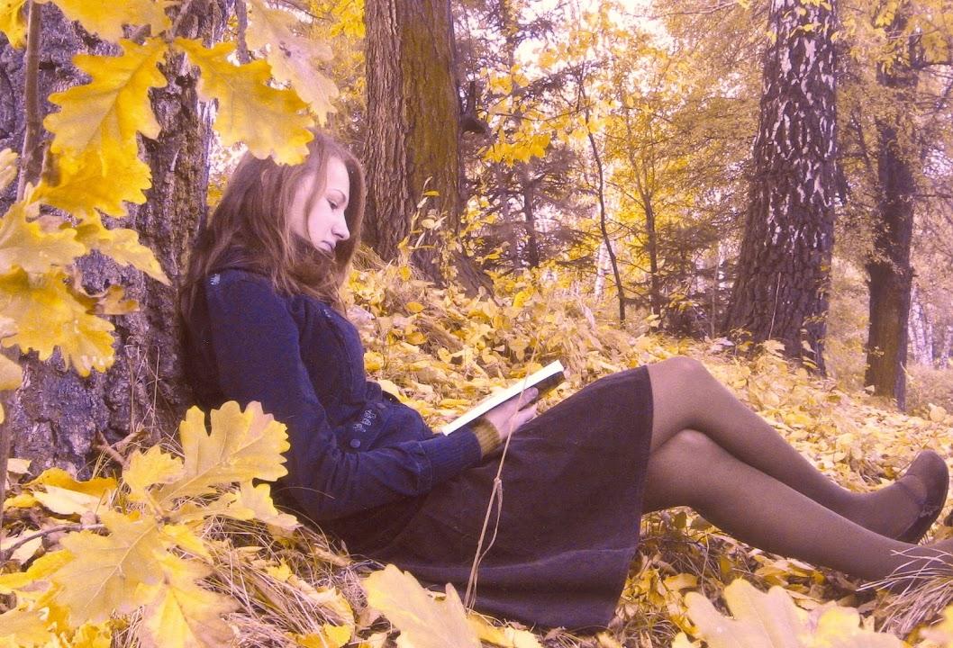 fa alatt olvasó nő