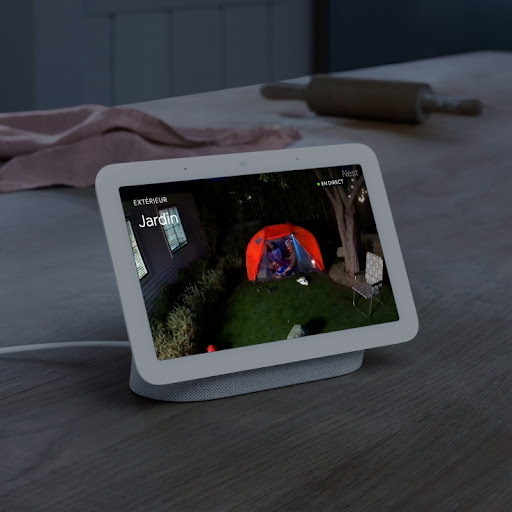 L'écran d'un NestHub affichant un flux vidéo.