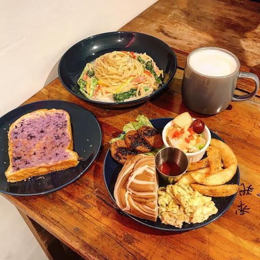 土城新開的早午餐😊 🔍黑胡椒扭扭$159 🔍奶油培根蛋$180 🔍藍莓起司丹麥土司$60 🔍烏龍鮮奶茶$45