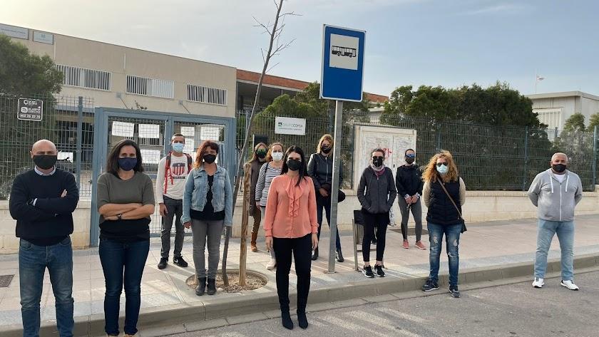 Algnos de los padres afectados en una reunión con la diputada socialista Noemí Cruz.