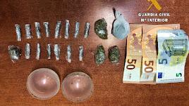 Imagen del dinero y las drogas incautadas por la Guardia Civil.