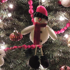SNOWMAN ON THE TREE by Laura Cummings - Public Holidays Christmas ( snowman on the tree,  )