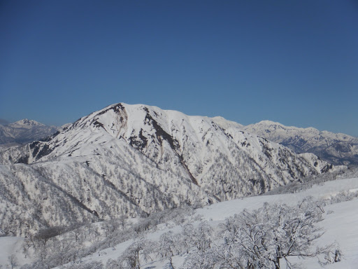 荒島岳、左奥に経ヶ岳、右奥に白山と別山