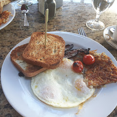 eggs, hash browns, bacon and toasts - all gluten free! and marked with a little flag so they know!
