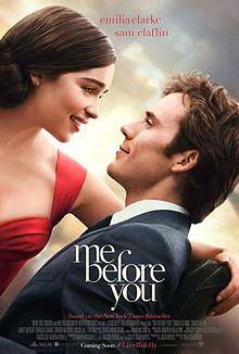 身著紅禮服的女子低頭凝望穿著西裝、坐在輪椅上的男人,兩人臉上都是幸福的淺笑。