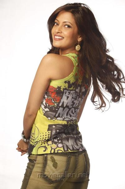 Riya Sen hot back, Riya Sen sexy back