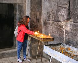 Photo: Janna sytyttää kynttilän - kuten paikalliset lähes kaikissa kirkoissa, joissa kävimme