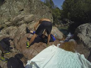 Photo: záverečné kĺzanie ako bonus, bielou plastovou plachtou určený ľudia zdržovali vodu, aby sa zvýšil efekt kĺzania, a keď už jej tam bolo dostatok plachta sa uvoľnila a inštruktor po jednom púšťal ľudí dole...výsledkom bolo efektné vymrštenie do vody...