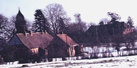 Photo: Borgfeld mit ehemaligem Katenhaus, Kirche und Pfarrhaus (erbaut i.J. 1759). Kirche erbaut i.J. 1774. Die Orgel aus dem Jahre 1864, erbaut von Friedrich Hermann Lütkemüller, befindet sich z.Z. in der Marienkapelle Malchin. Die barocke Dorfkirche in Borgfeld wurde i.J. 2008 für 175.000 Euro saniert. Die 1774 eingeweihte Dorfkirche im mecklenburgischen Borgfeld (Kreis Demmin) ist seit vergangenem September für 175.000 Euro saniert worden. Der Sakralbau wurde am 26. April 2009 in einem Gottesdienst durch Landesbischof Andreas von Maltzahn wieder feierlich in Gebrauch genommen. Die Kirche sei seit 1980 nicht mehr genutzt worden, da sie nicht mehr gebraucht worden sei. Vor sechs Jahren habe sich ein Förderverein zum Erhalt des Gebäudes gegründet, dem Berger als Vorstandsmitglied angehört. Daraufhin hätten zuletzt wieder bis zu sechs Gottesdienste pro Jahr in der Kirche stattgefunden. Die künftige Nutzung sieht neben Gottesdiensten kulturelle Veranstaltungen vor. BLZ 15050200 Sparkasse KoNr.: 610008609