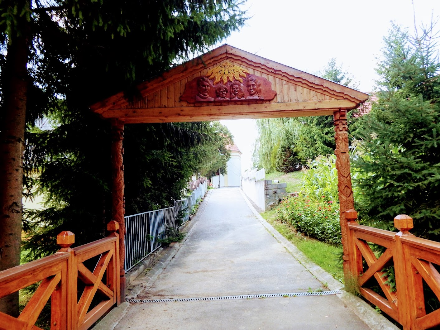 Berkenye - Útmenti Boldogasszony a temető bejáratánál