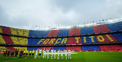 Photo: Mosaico en la grada de ánimo a Tito Vilanova durante el clásico en el Camp Nou. FOTO: Jordi Cotrina