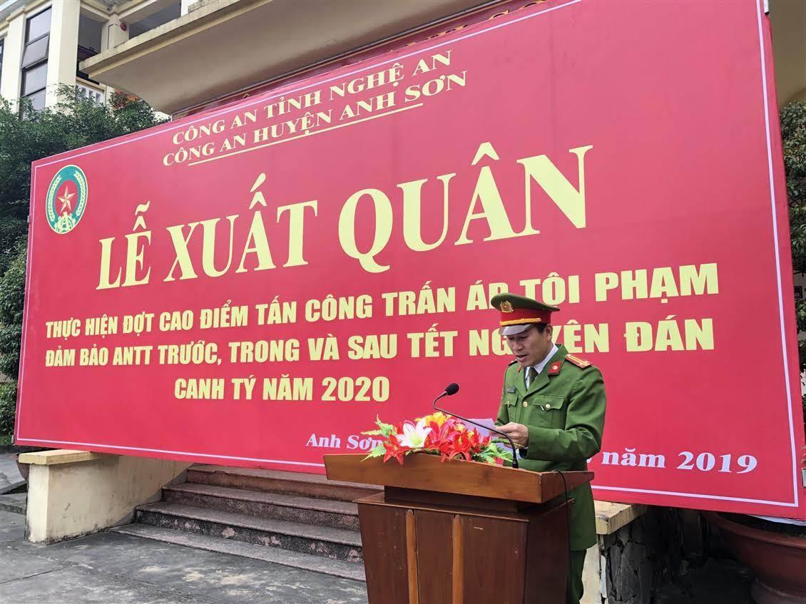 Đồng chí Trung tá Đoàn Nam Trung - Phó Trưởng Công an huyện đã đã công bố Lệnh xuất quân của Giám đốc Công an tỉnh Nghệ An