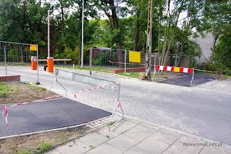 Photo: Tu już jednak brakuje zrozumienia dla braku asfaltu na przejeździe dla rowerów. Dziwi też fakt łuku pod kątem prostym...