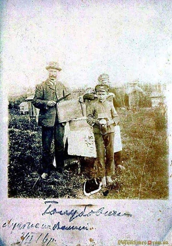 Павло Йосафатович Голубович з синами Павлом та Тарасом на пасіці, 1916 рік.
