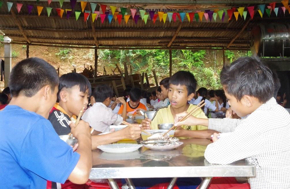 Học sinh thuộc diện bán trú Trường PTDTBT THCS Mai Sơn, huyện Tương Dương ăn bữa trưa tại trường