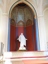 Photo: Loviisan kirkon alttari. Kaunis patsas korvaa ristillä roikkuvan Jeesuksen. Kymmenen pistettä.