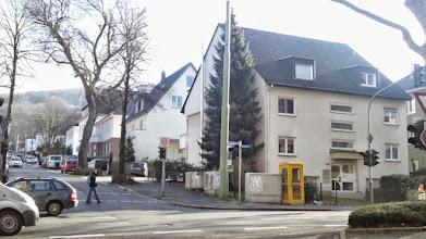 Photo: ,Die andere Seite': oberhalb der Buscheystraßentrasse beginnt das Villenviertel, welches kriegbedingte Lücken und Veränderungen in der Bebauung zeitigt - auch so mancher Allee-Baum hat nicht überlebt. Überlebt hat allerdings eine Telefonzelle der Deutschen Bundespost an der Straßenecke.