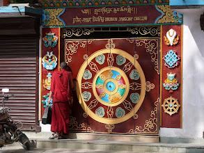 Photo: Een monnik probeert het klooster aan de Kathesinbhu Stupa binnen te raken.