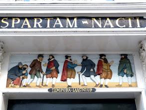 """Photo: Inschriften am Willem Vroesenhuis in Gouda. """"Sparta erreicht"""" und """"Die Zeit gleitet dahin."""""""