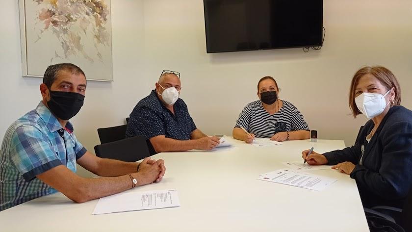 El equipo de gobierno huercalenses en la firma con la Asociación Asperger Almería