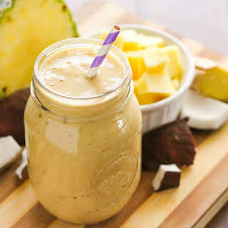 Pineapple smoothie with turmeric, chia seeds and coconut (Recipe).