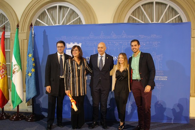 Diego Martínez Cano junto a su esposa, sus hijos y su nuera.
