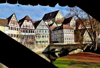 Photo: Schwäbisch Hall: Blick von der Kocherbrücke Roter Steg auf den Steinernen Steg und die Fachwerkhäuser am Kocher.