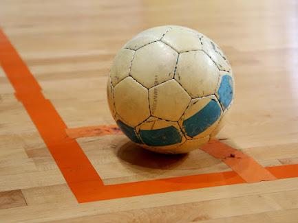 Bola yang terbuat dari polyurethane memiliki kualitas yang bagus karena  tahan terhadap pajanan air dan tahan lama c84773d6a8d48