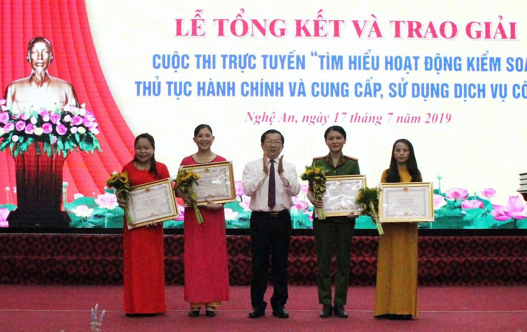 Trao Bằng khen cho các cá nhân đạt giải Nhất trong Cuộc thi