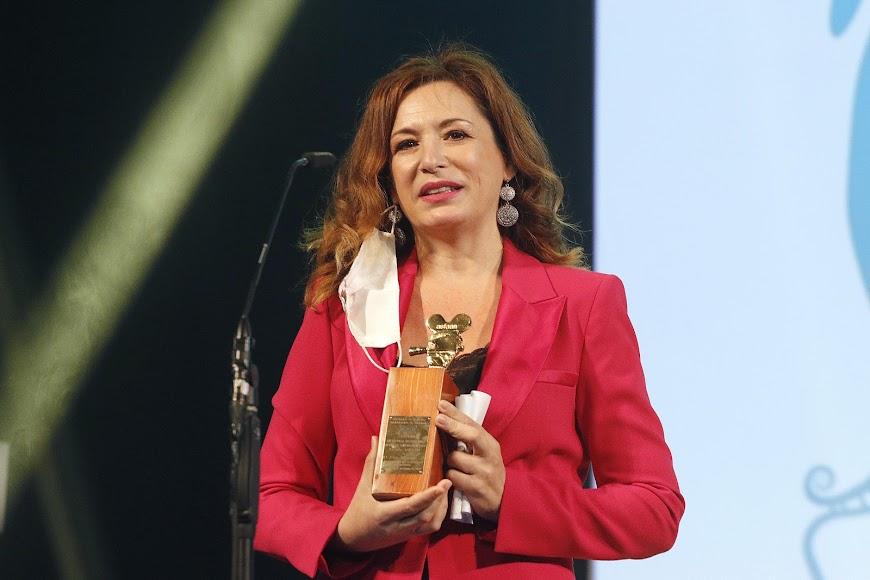 Eva Almaya, con el premio Asfaan.