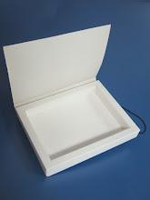 Photo: Caixa (15) com uma única divisão e elástico para fechar.