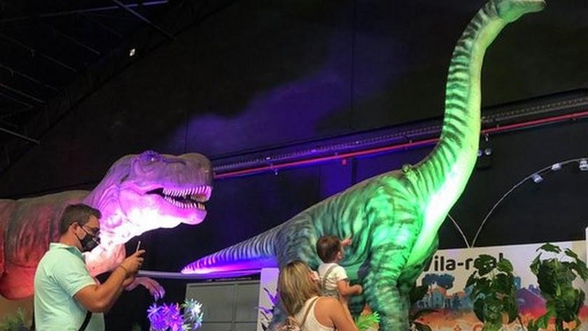 La considerada mayor exposición itinerante de dinosaurios animatrónicos se ha inaugurado ayer en el Palacio de Congresos de Aguadulce.