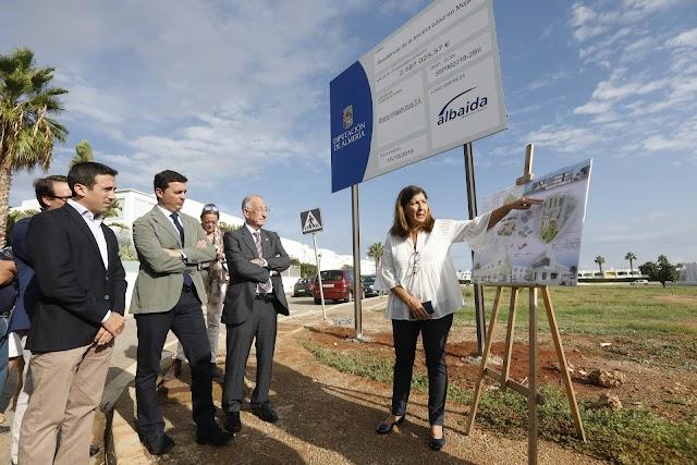 La alcaldesa y el presidente de la Diputación junto a la parcela donde se ubicará.