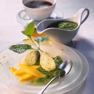 Pistazien-Nocken mit Mango und Kiwisauce