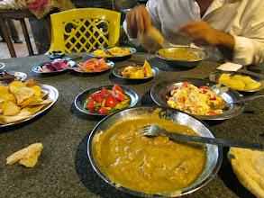 Photo: mesa de reyes: porotos con aceite de alguna semilla que no pude identificar; papas chips caseras; queso blanco y tomate en vinagre, con hierbas; papas en vinagre; limón con especias; huevos revueltos con queso blanco; pickles; berenjenas fritas; ensalada de tomate y pepinos. en garden cuty, un barrio muy coqueto. mesas en la calle, aspecto de fonda pero comida cinco estrellas.