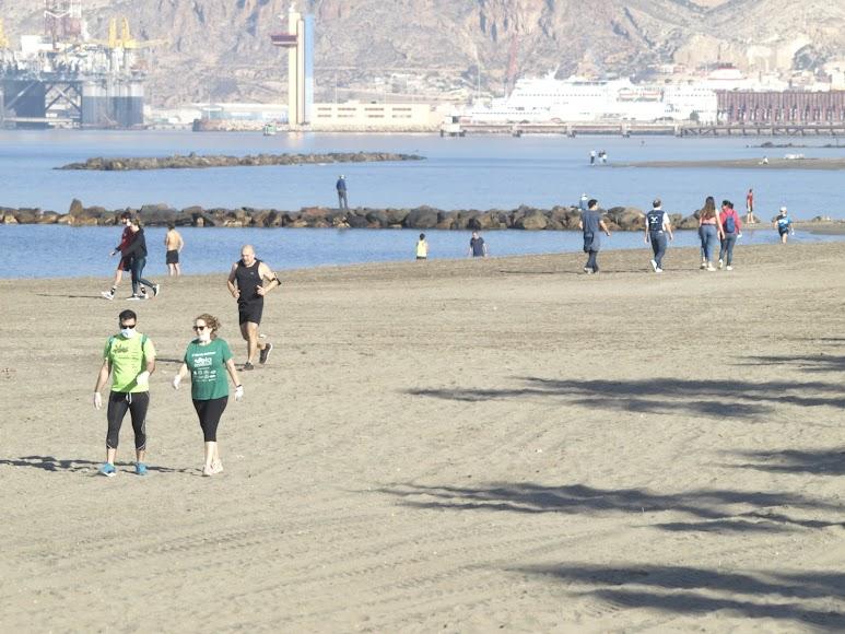 El Puerto de fondo con ciudadanos en las playas.