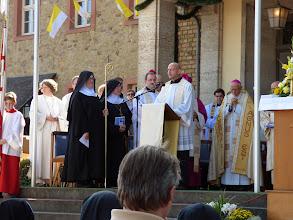 Photo: Onsdag den 17. september. Hildegards festdag. Sognepræsten fortæller på festdagen ved valfartskirken i Eibingen