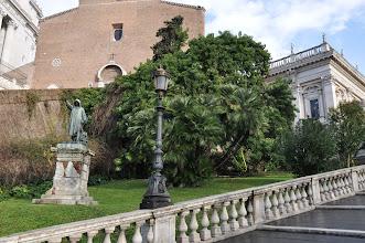 Photo: Cestou schodištěm Cordonata na Kapitolské náměstí se po levé straně díváme do zeleně a na sochy.