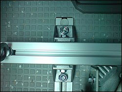 Photo: André Trabandt MotoMove Motorradtransport Sicherer Stand. Radhalter Systeme. Motorrad Radklemme Quick Stand II Profi VW T4 Multivan / Reimo Ich habe Quick Stand II Profi in meinen VW T4 Multivan eingebaut. Mir ist wichtig, dass ich die Sitze rechts weiter nutzen kann, das Motorrad muss also links stehen. Das MotoMove System lässt sich auch zwischen den äusseren Schienen platzieren, wobei man einen Montagewinkel innen, statt aussen montieren muss. So kann ich die Sitze rechts drinnen lassen und das Motorrad sicher transportieren. André Trabandt - Hamburg