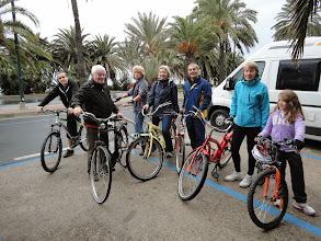 Photo: Il fait gris, le sol est mouillé, et il pleut très légèrement -- les vélos ont été prêtés par l'hôtel, et sur cette photo on voit aussi Remy (qui a pris la photo précédente) !