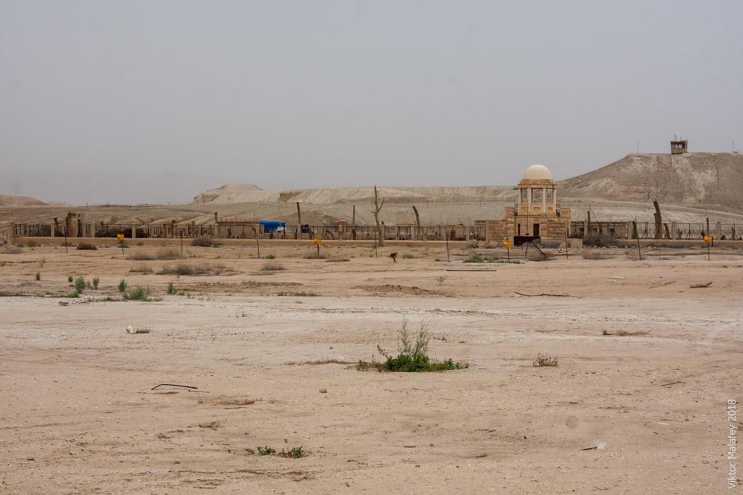 Кругом міни, на задньому плані воєнне укріплення