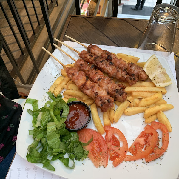 Chicken with Gluten free fries. Very fresh an tasty. My daughter loved it.