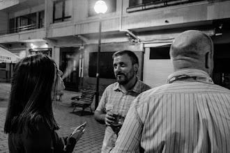 Photo: María @maqqem tratando de convencer al personal de que es capaz de encender farolas soplando. Afortunadamente en este caso, Antonio y Javier muestran abiertamente su escepticismo.
