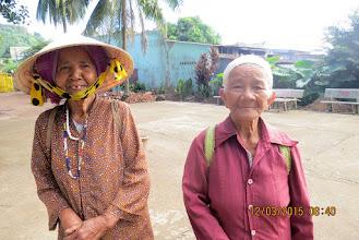 Photo: Hai bà dân tộc Châu Mạ (không có phiếu lĩnh quà) nghe tin có đoàn đến phát thì cũng đón xe ôm tới xin.  Bà áo đỏ bên phải 84 tuổi, còn bà bên trái 94.  Hỏi đi hỏi lại bà vẫn nhận là 94 tuổi nhưng trông mặt thì có lẽ còn trẻ hơn bà áo đỏ nhiều.  Hai bà này là hàng xóm, sống neo đơn do con cháu có gia đình rải rác nơi xa.  Tối hai bà ngủ chung vì nhà trong vùng vắng vẻ sợ khi có bệnh hoạn không ai biết.