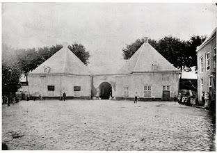 Photo: 1865 De stads(binnen)kant van de Haagse of Antwerpse Poort gelegen aan de Fellenoordstraat en aan het einde van de Nieuwe Huizen