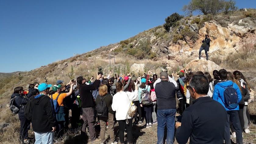 Equipo de Vicasol junto con los escolares durante la actividad.