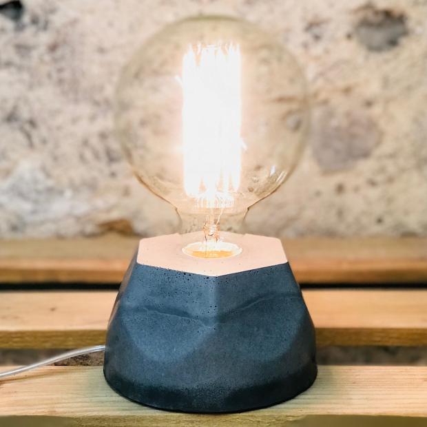 Lampe design en béton gris avec son ampoule à filament
