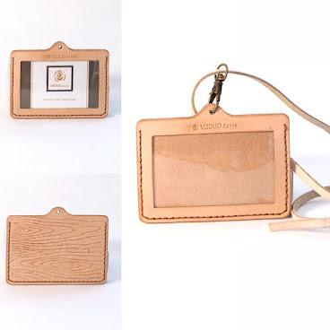 產品規格  名稱:木紋皮雕證件套 wood-textured name tag  選材:天然原色植物鞣意大利皮革  注意事項 1.植鞣皮革以天然加工料加工,對人體無害,在土裡也能夠完全被分解,是對大自然體貼的素材之一。 2.原色植物鞣牛皮特色是會吸收人的油份、空氣中的水份和陽光;使用時間越長,顏色會有限度地加深至蜜糖色。 3.Vitello Darte 的所有商品都是純手工製造,每款商品細節和紋路皆不盡相同,以實品為主。 4.請勿直接水洗,如髒汙請以濕抹布溫柔擦拭即可。 5.請勿把商品長時間在猛烈陽光下暴曬,如引起皮革龜裂、硬化便難於補救! 6.閒置時放於陰暗乾爽處可較易保持質量。  7.原色植鞣皮革表面比較纖細,如正常使用,植鞣皮革上會出現使用痕跡乃正常現象。  #design #idea #handmade #special #presents #gift #blessings #vitello #vitellodarte #leather #leathercraft #walf #hongkong #hongkongfood #mirror #deskdecor #手作 #香港