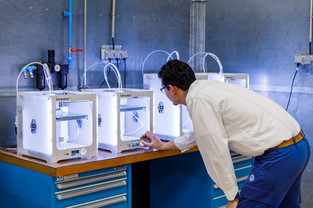 Принтеры расположены вблизи сборочной линии для быстрой реализации, обратной связи и пересмотра