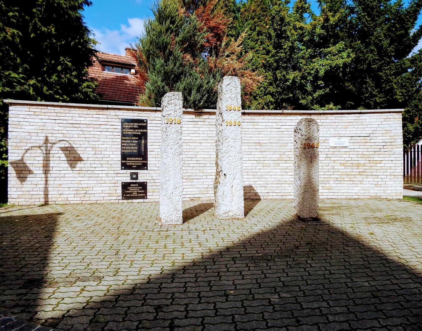 Pilisszentkereszt - Elesettek emlékműve a templom melletti Emlékparkban